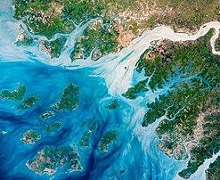 Bissau, l'estuaire du rio Geba et l'archipel des Bijagos photographiés par le satellite d'observation Landsat 8 en mai 2018. (définition réelle 5130×4203)
