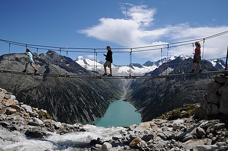 Drahtsteg Hängebrücke am Berliner Höhenweg Nr.526 in den Zillertaler Alpen auf einer Höhe von 2413 Metern. Ihn erreicht man zu Fuß in 5 Minuten von der Olpererhütte. Im Tal liegt der Schlegeisspeicher.