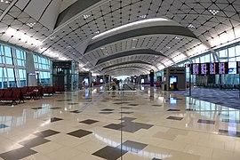 HKIA Midfield Concourse Interior view2 201604