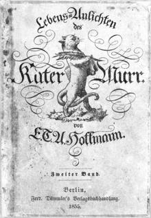 Couverture de l'édition en allemand de 1855 du Chat Murr. Au centre de la page se tient, fièrement, un chat se tenant debout, et tenant dans sa main gauche une grande plume pour écrire et sous son bras droit un livre. L'écriture est en caractère gothiques.