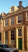 foto van Pand met rechte kroonlijst en dakkapel; schoorsteen boven voorste dakschild. Roeden in de vensters en bovenlicht