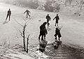 Igranje otrok ob robu zaledenelega mariborskega ribnika 1957.jpg