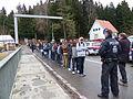 Immigranten beim Grenzübergang Wegscheid (23116193575).jpg