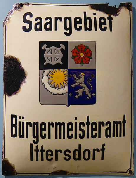 Ittersdorf, Bürgermeisteramtsschild der Gemeinde aus der Zeit der Völkerbundsverwaltung mit Wappenschild des Saargebietes (Heimatmuseum Wallerfangen)
