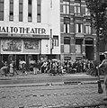 Kaartverkoop en rij wachtend publiek voor het Rialto-theater te Amsterdam, Bestanddeelnr 900-8225.jpg