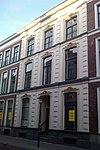 foto van Pand dat het middengedeelte vormt van een in het derde kwart van de 19e eeuw als een symmetrisch geheel ontworpen straatwand