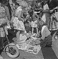 Kindermarkt in de Jordaan, lapjes uitzoeken, Bestanddeelnr 911-4715.jpg