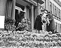 Koningin Juliana ontvangt felicitaties en bloemen, Bestanddeelnr 907-7263.jpg
