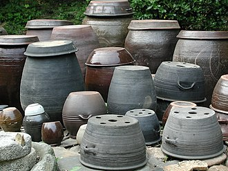 Tteok - Siru at the foremost front and other onggi (generic term for earthenware)