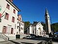La chiesa parrocchiale e il municipio di Tambre.jpg