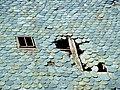 Lapleau Châssis sur toit de lauzes 20070715.jpg