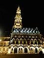 Le Beffroi d'Arras illuminé, photo prise de nuit.jpg