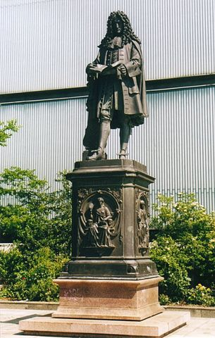 Памятник Готфриду Вильгельму Лейбницу в Лейпциге работы Эрнста Хенеля (фотография 2005 года)