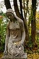Leingarten - Großgartach - Friedhof - Grabskulptur trauerndes Mädchen 3.jpg