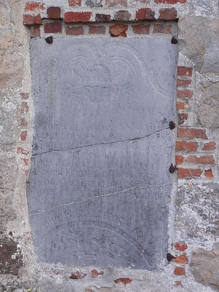 Lerzy (Aisne) pierre tombale dans le mur de l'église