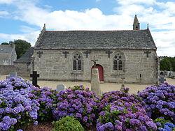 Loc-Eguiner-Saint-Thégonnec L'église et la borne miliaire.JPG
