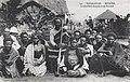 Madagascar-Betroka-Le chef Bara Inapaka et ses femmes.jpg
