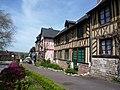 Maisons normandes au Bec Hellouin - panoramio.jpg