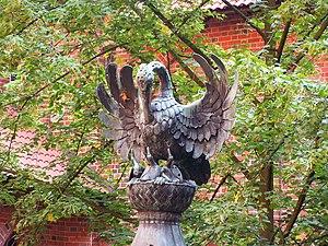 Malbork - Figura pelikana na zamkowej studni.JPG