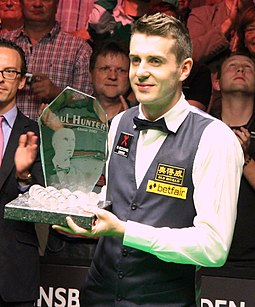 Selby with the 2012 Paul Hunter Classic trophy Mark Selby Sieger PHC 2012.jpg