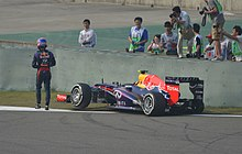 Photo de Mark Webber abandonnat sa monoplace lors du Grand Prix de Chine 2013