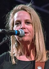Mary Chapin Carpenter (19894670449) crop.jpg