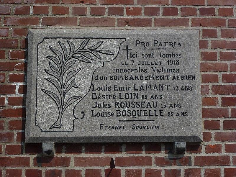 Mortagne-du-Nord (Nord, Fr) plaque commémorative 1918 sur façade église