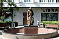 Mother Teresa Statue in Prishtina2.jpg