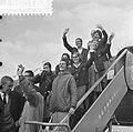 Nederlandse zwemploeg naar Tokio. Op trap vliegtuig met Vriend, Jan Jiskoot, Joh, Bestanddeelnr 915-6016.jpg