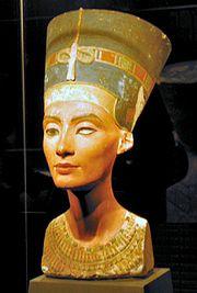 รูปปั้นครึ่งตัวของเนเฟอร์ติติ จากพิพิธภัณฑ์อียิปต์ แห่งกรุงเบอร์ลิน