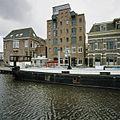 Overzicht van de voorgevel met de voorgevels van de naastgelegen panden, op de voorgrond het Winschoterdiep - Groningen - 20387791 - RCE.jpg
