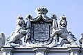 Palais Coburg. Figurenbekrönung mit Wappen.jpg