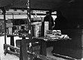 Pirtukanistereiden myyntiä Rautatientorilla kieltolain aikana - N2256 (hkm.HKMS000005-000001fd).jpg