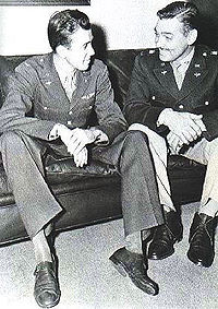 El tinent coronel James Stewart amb el major Clark Gable a RAF Polebrook, 1943