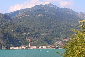 Porlezza mit Monte Grona im Hintergrund