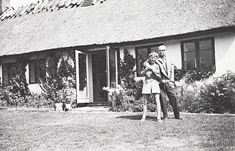 Poul Henningsen - Poul and Inger Henningsen at their country house around 1958