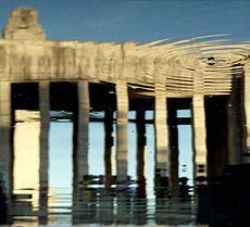 21 - Propileo del Monumento a la Bandera, Rosario. Reflejo en las aguas.