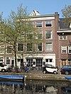 foto van Breed bedrijfspand met twee bovenhuizen