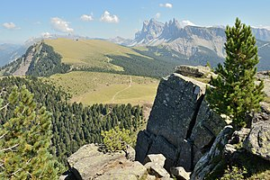 Urtijëi - Image: Resciesa Mont Dedite y Danter la Montes Urtijei