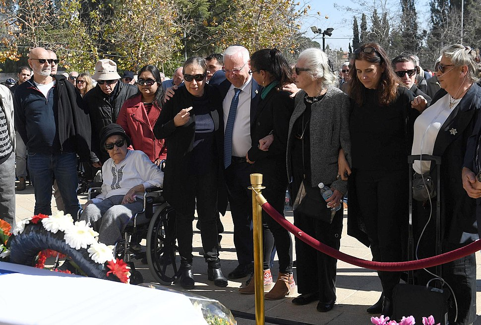 Reuven Rivlin paying last respect to the poet Haim Gouri, February 2018 (4463)