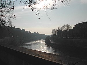 Lungotevere Aventino - The Tiber; to the left, the Aventine hill and the lungotevere