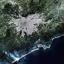 Vista por satélite, a mancha urbana de São Paulo, Brasil. Pode-se observar ainda parte das manchas de São José dos Campos e Jacareí (a leste), da Baixada Santista (ao sul) e de Campinas (ao norte).