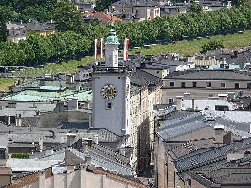 Austrija 800px-Salzburg_Rathaus_vom_M%C3%B6nchsberg