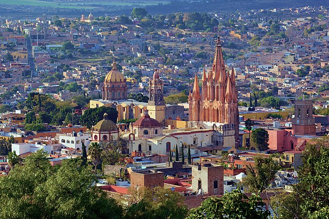 San Miguel de Allende By https://www.flickr.com/photos/jiuguangw/ (https://www.flickr.com/photos/jiuguangw/8468979507/) [CC-BY-SA-2.0 (https://creativecommons.org/licenses/by-sa/2.0)], via Wikimedia Commons