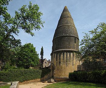 http://upload.wikimedia.org/wikipedia/commons/thumb/1/1a/Sarlat_2008_03.jpg/350px-Sarlat_2008_03.jpg