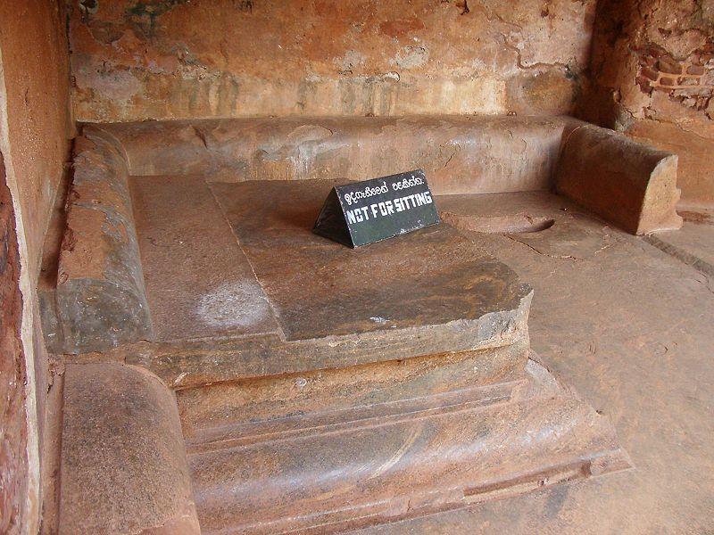 Файл: Сигирия-трон inferior.jpg