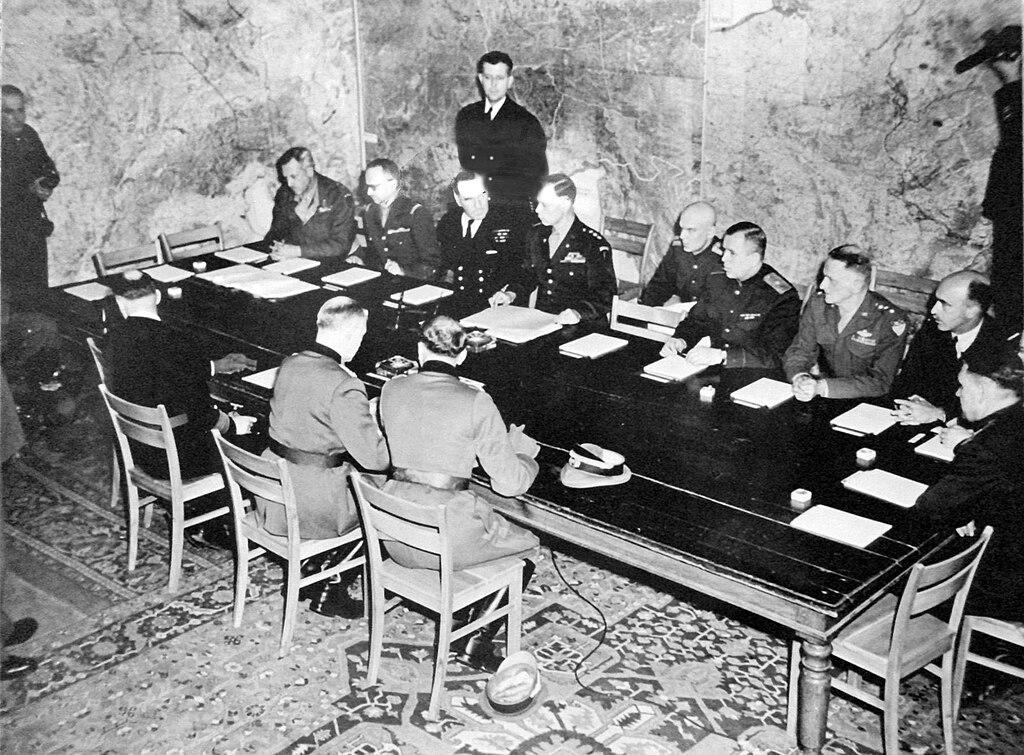 La signature de la reddition allemande à Reims le 7 mai 1945