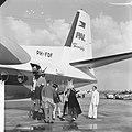 Sinterklaas komt aan met Fokker Friendship . De Sint wordt verwelkomd door direc, Bestanddeelnr 913-2551.jpg