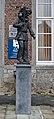 Statue d'Arlequin devant le musée international du Carnaval et du Masque à Binche (DSCF7805).jpg