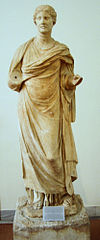 Statue of the priestess Aristonoe NAMA 232 (DerHexer).JPG